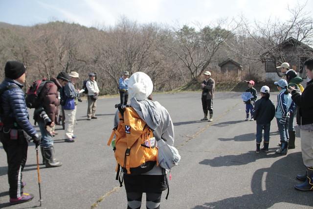 例年なら残雪がある八幡もこの通り.上野先生からコースの説明を受ける参加者たち.