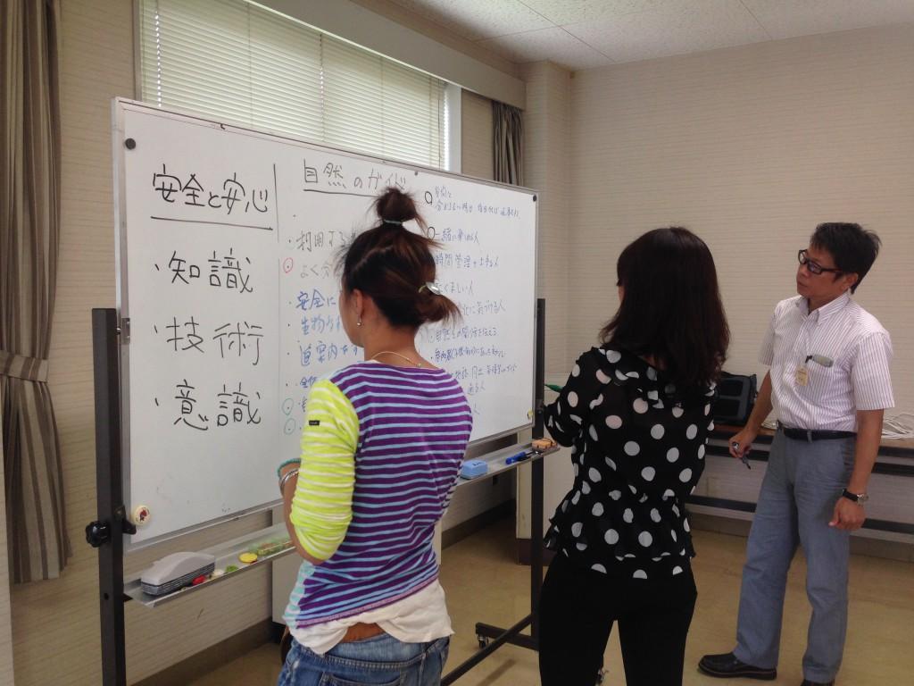 ワークショップ方式で頭と手を動かしながら学ぶ参加者。