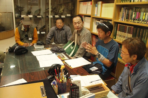 観察会終了後、講師と受講生とで振り返りを行なった。