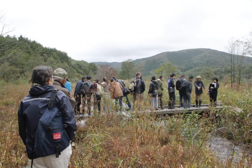 川の流れをみながら、自然再生事業の取り組み紹介。